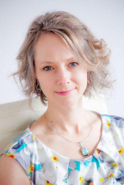 Jennifer Lyall headshot select